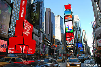 タイムズスクエア 年末のカウントダウンでお馴染みのタイムズスクエアにやってきました。ビルの...