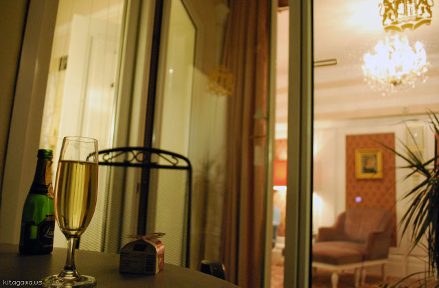 ペントハウススイートのバルコニーでシャンパン