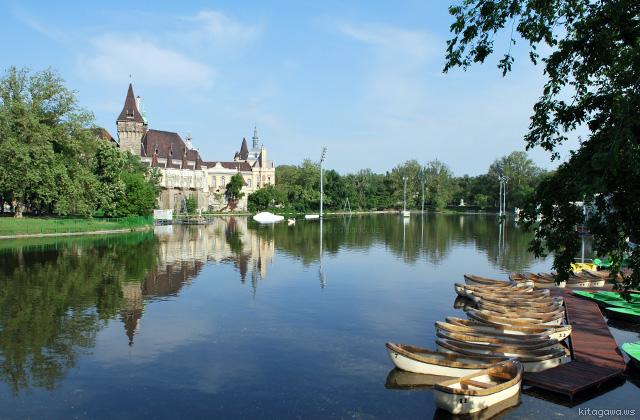 市民公園の湖とヴァイダフニャド城
