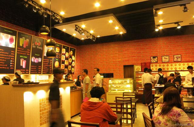 ヤンゴンの喫茶店