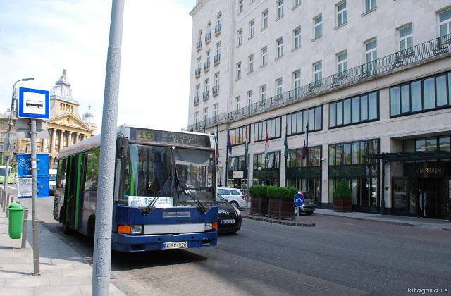デアーク広場のルメリディアンホテルと市バス