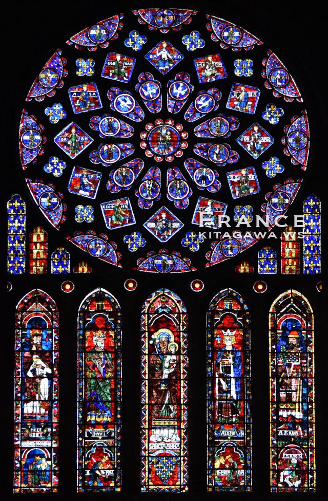 北ファサードのバラ窓と5連ランセット窓