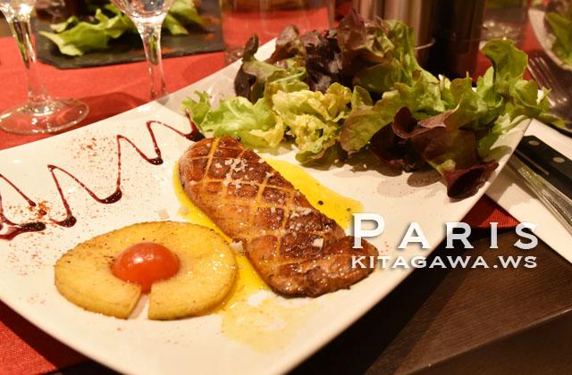 Le foie gras de canard poêlé, salade, pruneaux